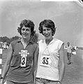 Kampioenschappen atletiek te Apeldoorn, links Gerda Kraan rechts Joke Bijleveld, Bestanddeelnr 916-6843.jpg