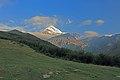 Kazbek (5 033 m) v ranním slunci - panoramio.jpg