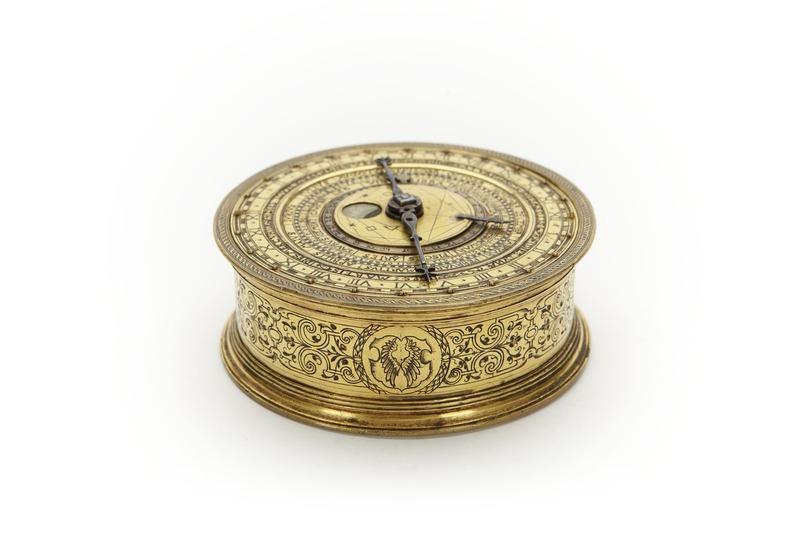 File:Kedjedrivet astronomiskt ur, visande månens faser, datum, solens ställning i zodiaken, månad - Skoklosters slott - 91925.tif
