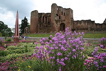 English: Kenilworth Castle The ruined keep beh...