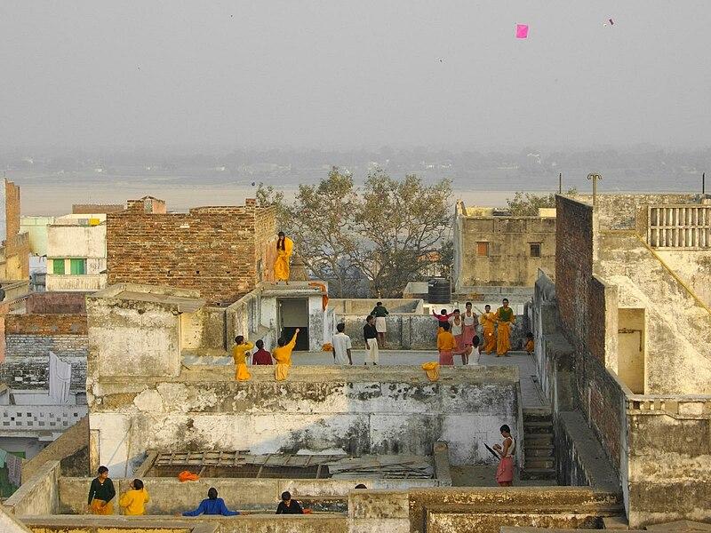 File:Kite flying in Varanasi.jpg