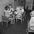 Kleuters zitten aan tafeltjes te eten, Bestanddeelnr 252-9091.jpg