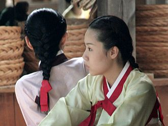 Daenggi - Image: Korean hanbok and daenggi 01