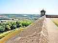 Langres. Sommet du rempart Nord et vue sur la tour piquante.jpg