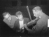 Leonard Bernstein ( USA) dirigent bij Concertgebouworkest. Bernstein (midden) lu, Bestanddeelnr 904-1667.jpg