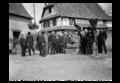 Les amis d'Alfred Marzolff à son domicile à Rountzenheim photographié par Lucien Blumer (2).png