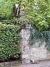 Drie hekpijlers van mergel met vaasvormige bekroningen