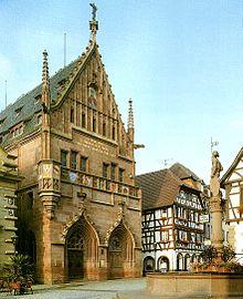 Marktplatz in Bretten mit Melanchthonhaus, das als Gedenkstätte an der Stelle des Geburtshauses Philipp Melanchthons gebaut wurde (Quelle: Wikimedia)