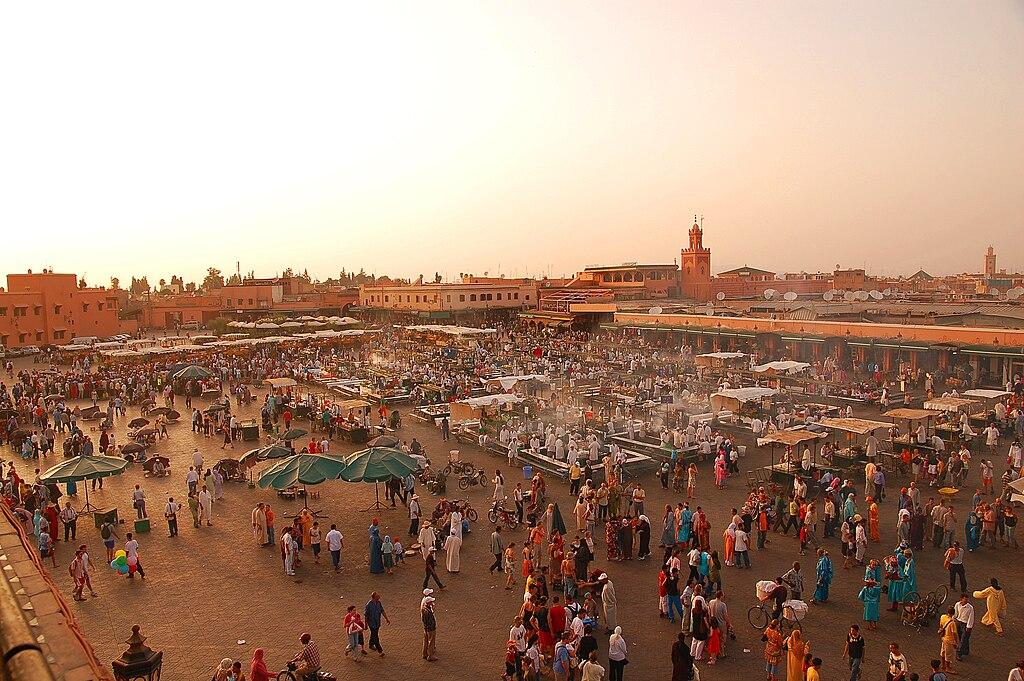 Début de soirée sur la place Jemaa el Fna à Marrakech (Maroc).