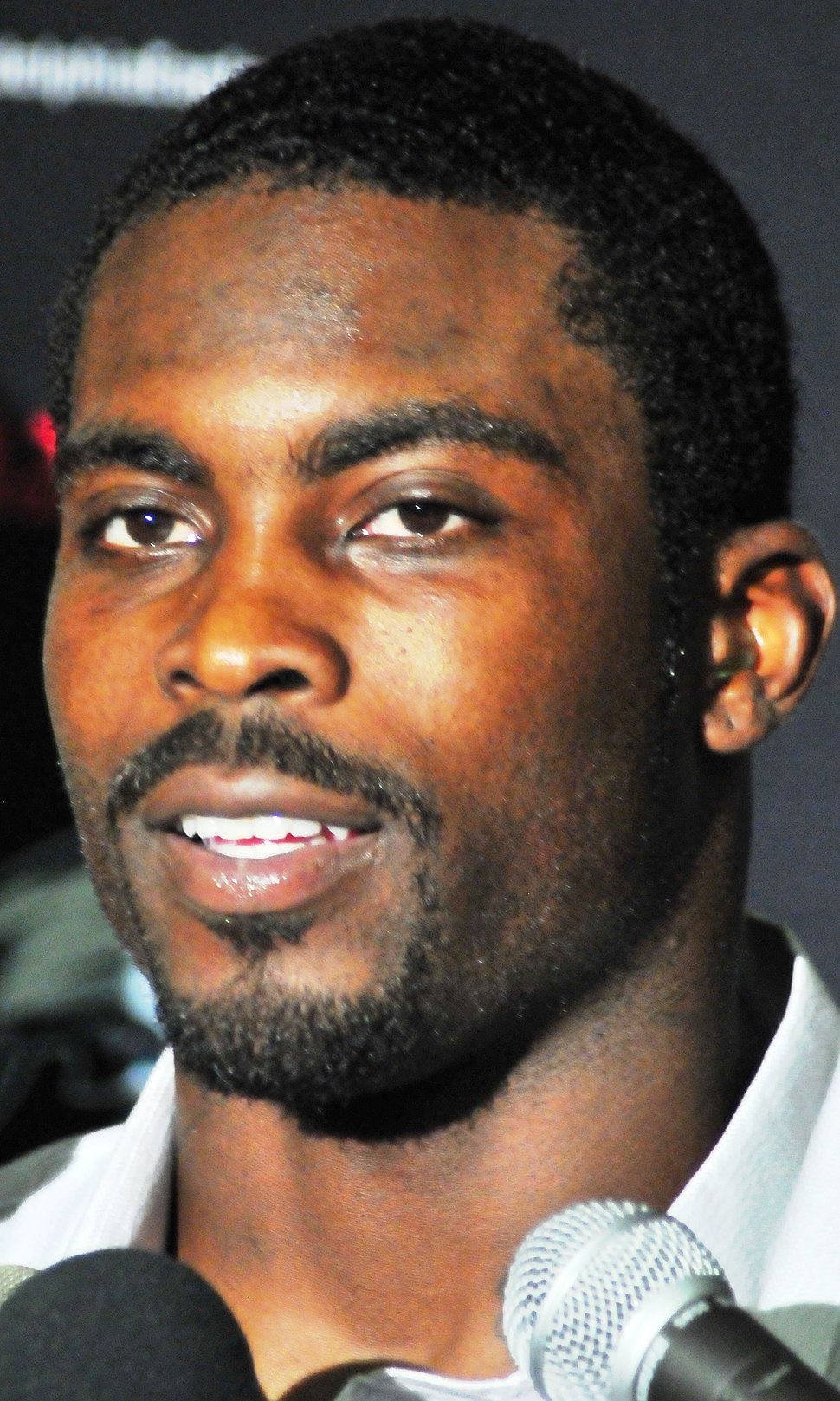 Michael-Vick Jets-vs-Eagles-Sept-3-2009 Post-Game-Interview (cropped)