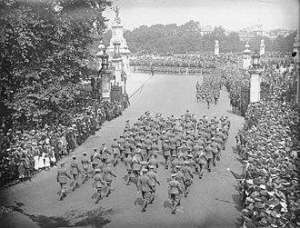 History of London (1900–1939) - A military parade taking place in front of Buckingham Palace during the First World War