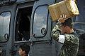 Moradores de Paricatuba acompanham os militares que estão na região para os treinos da Operação Amazônia (8021586827).jpg