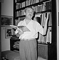 Moshe Sharett, voorzitter van de Jewish Agency, met in zijn hand een boek over H, Bestanddeelnr 255-4721.jpg