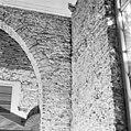 Naad tussen oostmuur (links) en zuidmuur (rechts) van de zuiderzijbeuk - Batenburg - 20028342 - RCE.jpg