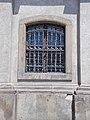 Nagytemplom, szegmenszáródású, szalagkeretes ablak, 2020 Pápa.jpg