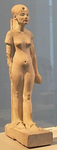 Statua calcarea di Nefertiti stante, rinvenuta ad Amarna. Ägyptisches Museum und Papyrussammlung, Berlino.
