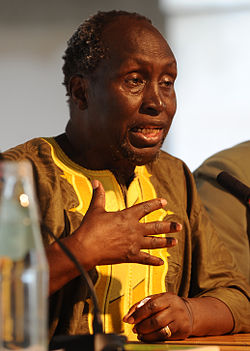 Ngũgĩ wa Thiong'o signerar exemplar av sin bok Wizard of the Crow vid the Congress Centre i centrala London.