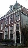 foto van Eenvoudig laat 18e- vroeg 19e-eeuws huis met omlijste ingang
