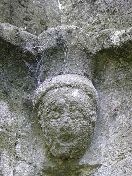 Tête sculptée à l'angle sud-est du cloître de l'abbaye de Beauport en Paimpol (22).