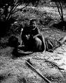 Pappa med sin lille son. Efter foto E. Nordenskiöld, expedition 1908-09. El Gran Chaco, Gran Chaco - SMVK - 004630.tif