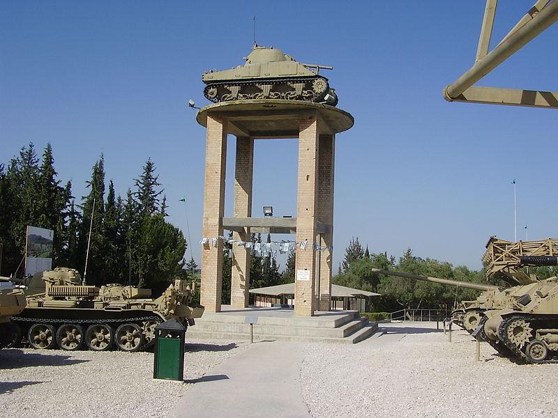 טנק שרמן על המגדל במוזיאון יד לשריון