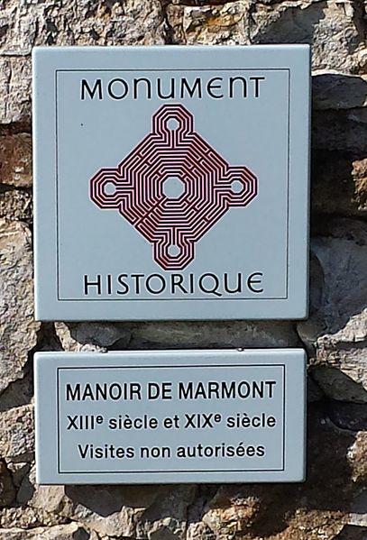 Plaque décrivant l'inscription aux Monuments Historiques du manoir de Marmont