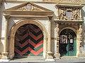 Porte latérale maison des Halles Neuchâtel.jpg