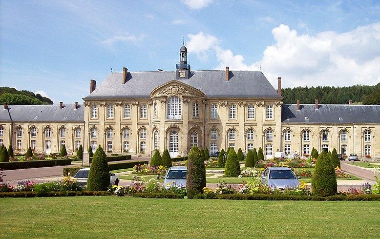 Während von der mittelalterlichen Abtei nur noch Ruinen stehen, wurde im 18. Jahrhundert an versetzter Stelle ein neues Gebäude errichtet, das heute als psychiatrische Klinik genutzt wird; Abtei Prémontré, Wiki Commons