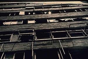 Broken windows in the Pruitt-Igoe housing deve...