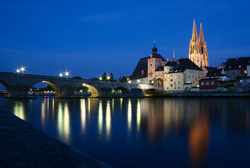 El puente romano.- 800px-Regensburg_Steinerne_Bruecke_06_2006