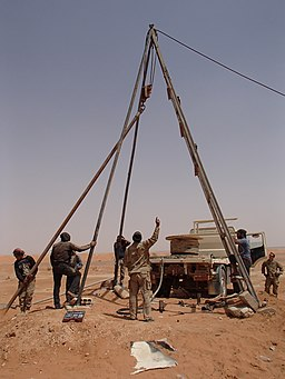 Revolutionary Commandos and US soldier repair water well in an-Tanf