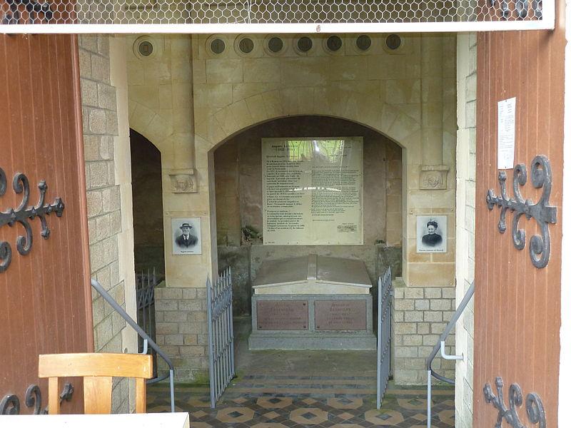 Roncey (Manche, France), intérieur du caveau Leteneur.