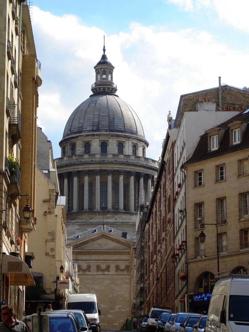 Rue des Ecoles - Echappee sur le Pantheon par rue des Carmes