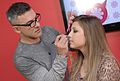 Sadi Consati prepara o look de Mari Sampaio para o vídeo de Boticário Capricho @ São Paulo Fashion Week em Junho de 2011.jpg