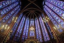 Photographie contemporaine des vitraux est de la Sainte-Chapelle, à dominante bleue.