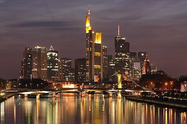 Skyline Frankfurt am Main in der Abenddämmerung