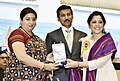 Smriti Irani presenting the Rajat Kamal Award to Teenaa Kaur (Best Investigative Film) for the Non-Feature film – 1984, WHEN THE SUN DIDN'T RISE, at the 65th National Film Awards Function, in New Delhi.JPG