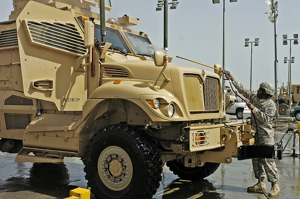 armée americaine 1024px-Soldiers_wash_down_MaxxPro_for_transport