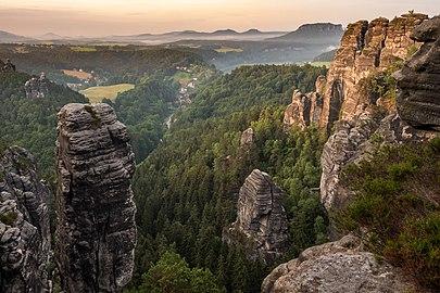 Sonnenaufgang im Nationalpark Sächsische Schweiz.jpg
