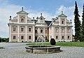 Stadl-Paura Pfarrhof und Brunnen.JPG