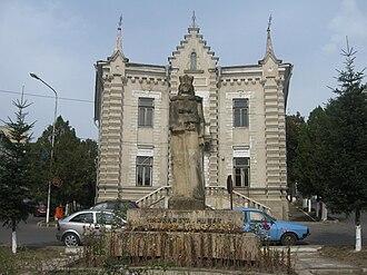 Siret - Image: Statuia Margaretei Muşat 1