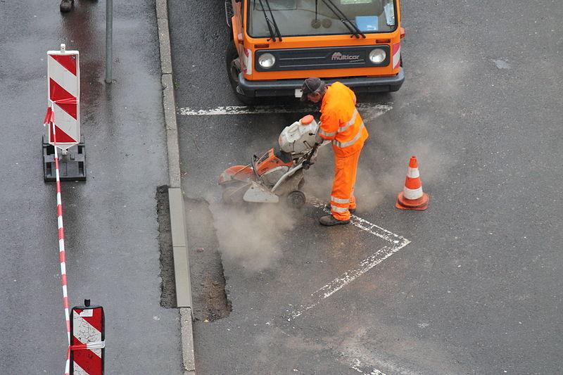File:Straßenbauarbeiten Trennschleifer.JPG