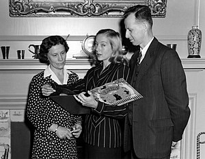 Margaret Suckley - Suckley with actress Evelyn Keyes and Franklin D. Roosevelt Presidential Library and Museum director Fred Shipman (1946)