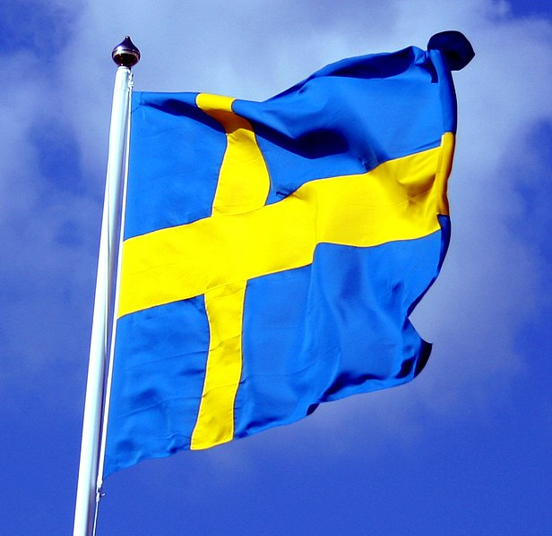 Fil:Swedish flag with blue sky behind ausschnitt.jpg