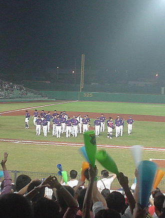 Chinese Taipei national baseball team - Taiwanese players thank the home fans after losing the semifinal game to Cuba in the 2006 Intercontinental Cup