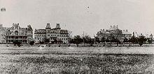 Ele mostra, da esquerda para a direita, Ross Hall, Old Main, e Foster Municipal.