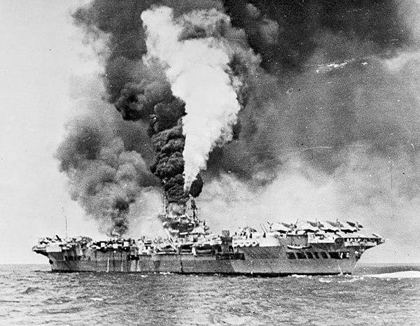 Hangarfartyget HMS Formidable i lågor efter en träff av ett kamikazeplan.