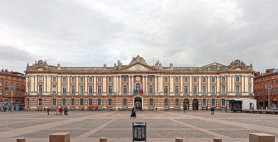 O Capitolio de Tolosa, en Francia, posibelmente influíu no estilo do pazo.