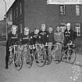 Tour de lAvenir , de renners met hun ploegleider Sjefke Janssen voor de bus, Bestanddeelnr 917-8769.jpg