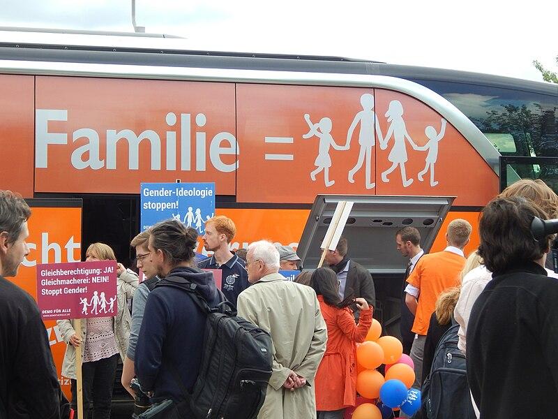 File:Tourbus der Demo für Alle vor dem Kanzleramt in Berlin 12.jpg